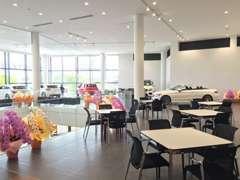広々としたショールームに様々なメルセデス・ベンツを展示致しております。
