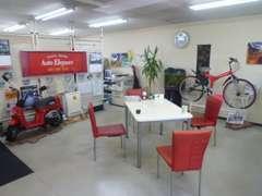 商談やピット作業の待ち時間にはリラックスしていただけるよう、明るく清潔なオフィスを心がけております。