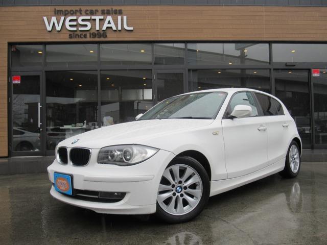 BMW120i 入荷!! 人気のアルピンホワイト♪ 夜間でも視認性の高いHIDヘッドライト! オートライト機能! 冬タイヤ付き!