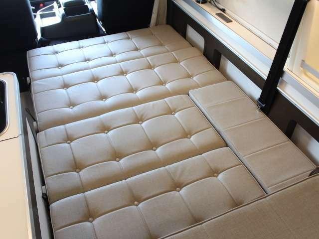 ダイネットベッド展開で大人2人の就寝が可能です!