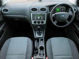 内装はライトグレーを基調とした明るくて清潔感のある車内になっております♪パネル類にも目立つキズや汚れ等も無くとてもキレイな状態です♪