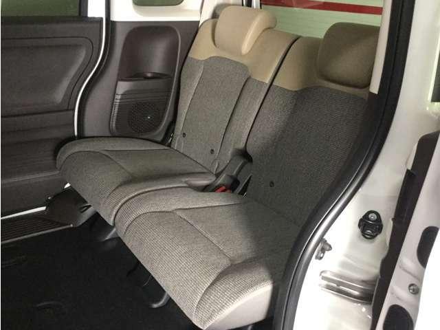 後部座席もゆったり座れます。座面を跳ね上げれば背の高い荷物も詰めます。
