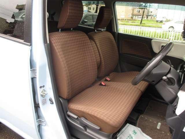運転席と助手席の様子 運転席にはシートの高さを変えられるシートリフター装備