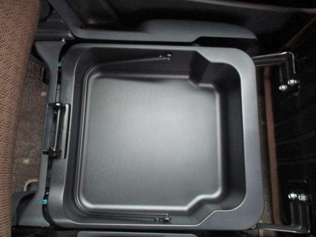 助手席シートの下には収納あります