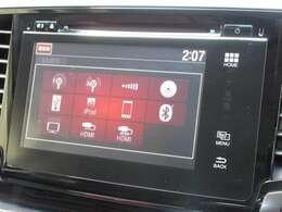 こちらの車両は交通、天気予報などの情報が取得できるホンダ工場オプションナビゲーションを装備しております。ラジオ、CD、DVDの再生、デジタルTV、Bluetoothにも対応しております