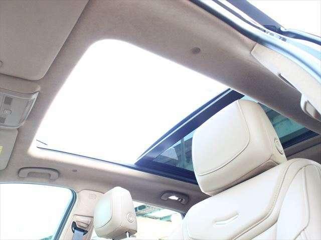 大型のサンルーフ付きなので車内はとても開放感があります