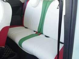 イタリアンテイストなフルシートカバーを装備しております。