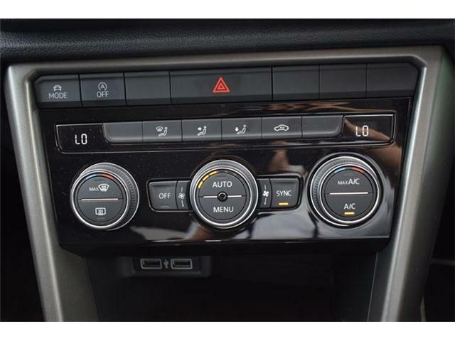 2ゾーンフルオートエアコンディショナー。運転席と助手席でそれぞれ独立して温度・風量の調節ができます。