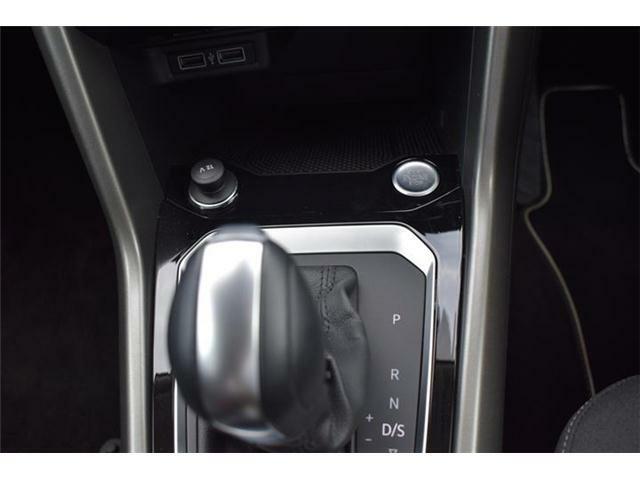 エンジンスタートボタン搭載。マニュアルモード付7速DSGトランスミッションAT車。