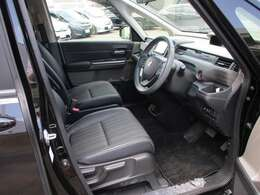 運転席は足元が広く、高さ調節が出来るシートアジャスターも付いています。