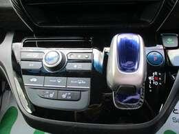操作性の良いエアコンスイッチとシフトノブ 冬場に便利なシートヒーターも付いております。