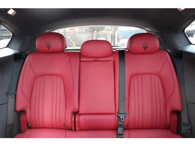 後席も前席同様のデザインで、オプションのリアシートヒーターも完備されています。