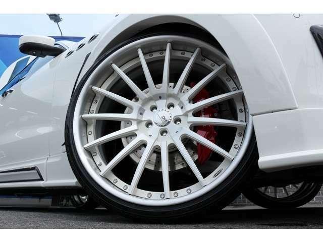 ホイールは、SKY FORGED S210 24インチを装着!タイヤサイズは、Fr255/30ZR24 Rr295/25ZR24 となります。レッドキャリパーもオプションになります。