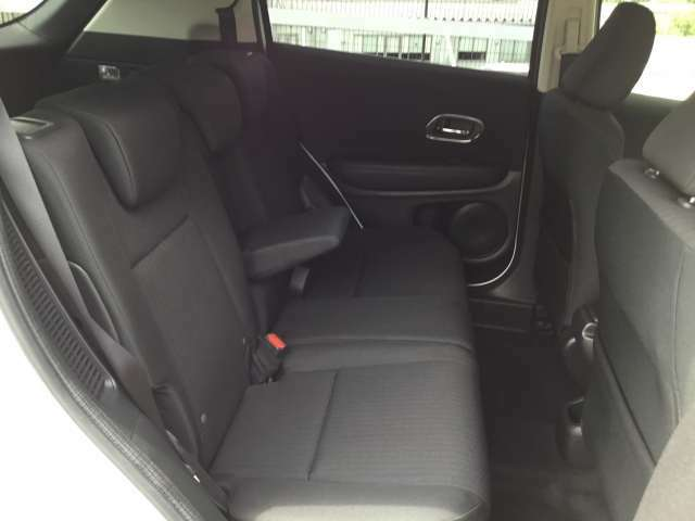 【後席】後席のお足元もとっても広いですよ!更に後席もスライドが可能ですので、おかけになられる方の体格やお荷物量に合わせてスペースを調整できます♪後席シートも乗り心地OK!ゆったり乗れます♪