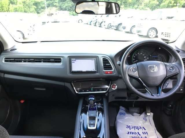 【前方視界】開放的な前方視界!運転がしやすく疲れにくいです♪窓が大きく、見通しがとっても良いおクルマですよ♪