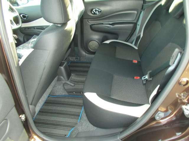 リヤシートの足元も空間が確保されておりますので、ゆったりとお寛ぎいただけます☆