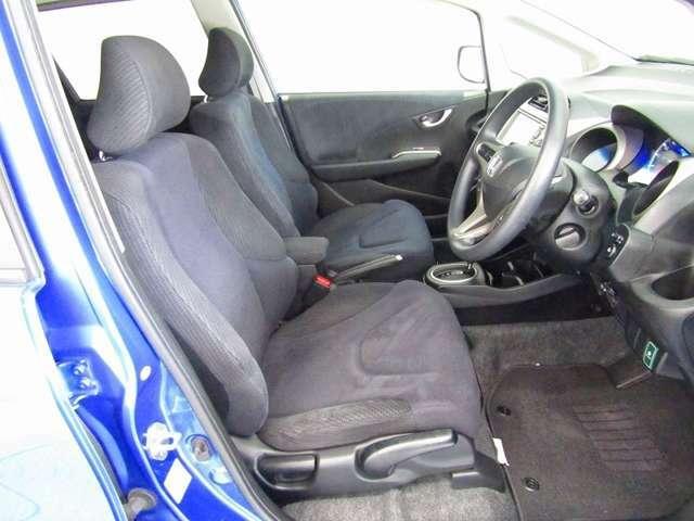 長時間の運転でも疲れにくい広々セパレートシートのフロントシートです。運転席には高さ調節が出来るハイトアジャスター付。ベストポジションでの運転が可能です。