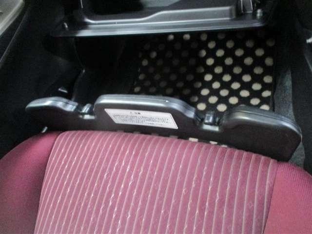 助手席の「買い物アシストシート」が荷物のずり落ち防止や傘を立てかけるなど、様々なシーンをサポートします!