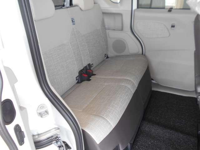 リアシートは軽自動車とは思えないぐらい広く、開放的な室内空間です♪