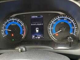 大きくて見やすいメーターでセンターディスプレイで車の設定や情報を確認できます。