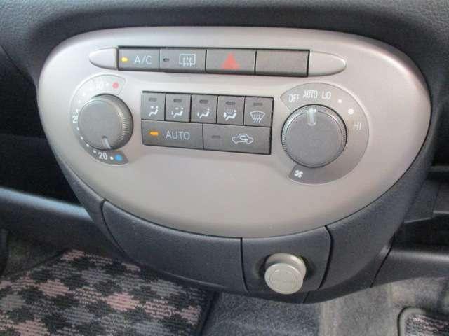 車内を快適な温度に保つオートエアコン装備