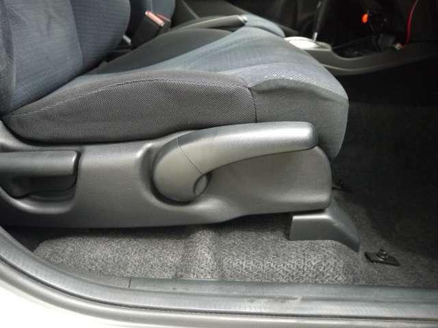 運転席シートハイトアジャスター付きです 簡単な操作で座面が上下します