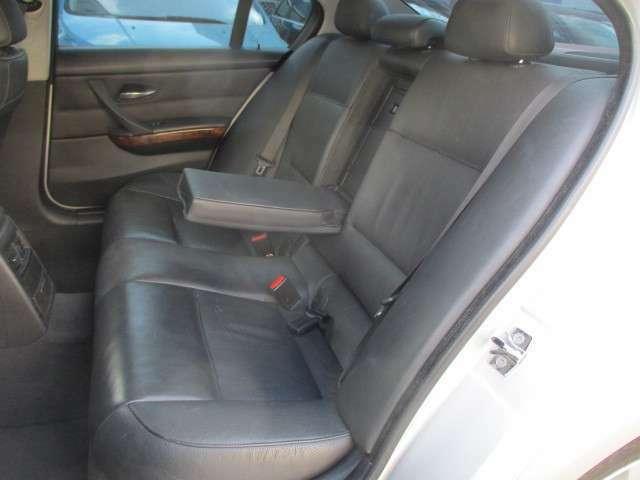後席の本革シートにも目立つキズや擦れ等もなくキレイな状態です♪シートは座面も大きく座り心地も良好です♪中央部の背もたれを倒せば肘置きが装備されております♪汚れがちなフットマットもキレイな状態です♪