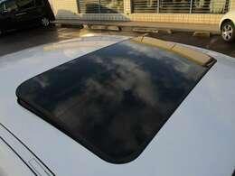 高額な純正オプションの電動サンルーフが装備されております♪チルト開閉も出来ますので、車内換気などにも大変便利な装備です♪明りを入れたり、空を見たり等、閉鎖的な天井を開放的にしてくれますね♪