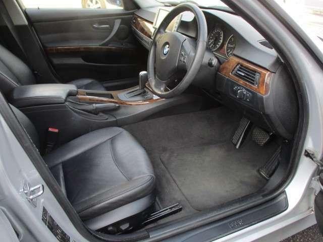 運転席は本革電動シートになりますのでお好みの位置にラクラクと調整出来ます♪足元も広々としており窮屈感等のストレス等も感じる事なくご乗車出来ます♪