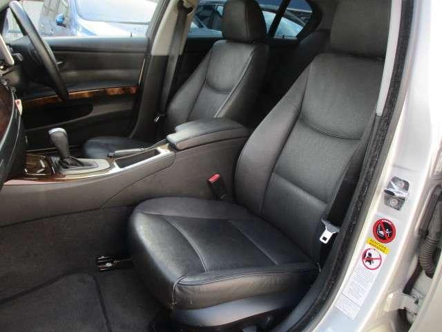 助手席にも電動シートが装備されております♪運転席・助手席共に本革シートにキレや焦げ穴等もなくキレイな状態です♪中央のコンソールボックスは収納付きの肘掛けになっております♪