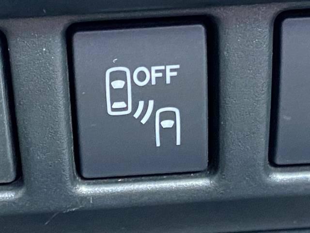 【リアビークルディテクション】リアバンパーの内側に設置したレーダーで隣車線上の側方・後方から接近する車両を検知。ドアミラーの鏡面に備えたインジケーターの点灯で通知、警告します。