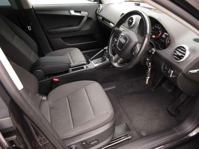 運転席は広々としており窮屈感等のストレスを感じることなく運転することが出来ます♪運転席・助手席ともに電動シートが装備されているので自分お好みのシートポジションにピタッと合わせることができます♪