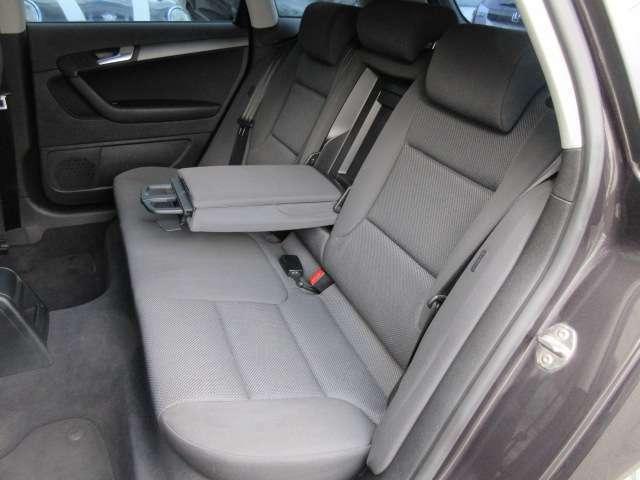 後部座席のシートは座面も大きく座り心地も良好です♪ドリンクホルダー付き肘掛けも装備されておりますので後席にお乗りになられる方もリラックスしてお座り頂けます♪