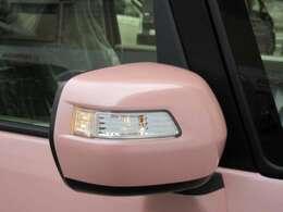 おしゃれなドアミラーウインカーが装備されます。通常位置よりも高くなるので歩行者や対向車からの視認性がたかくなり、斜め後ろからも見えやすく安全です。