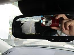 ■サイドカメラ助手席側ドアミラーにカメラが付いておりルームミラー左側に映し出せるんです!
