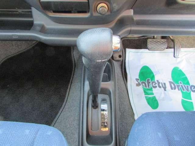 ヘッドライトの高さ調整と可倒式電動ドアミラースイッチです。