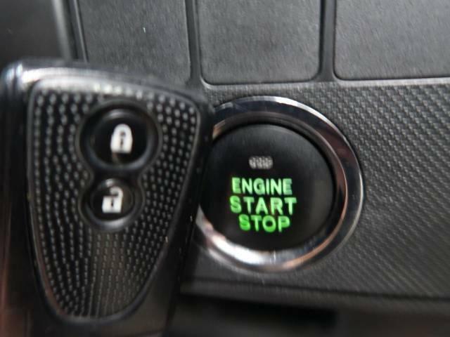 【キーフリーシステム】カバンやポケットに入れたままでもドアの施錠・解錠が可能なスマートキーを装備。エンジンのオン・オフ時もカギを取り出す必要が無いからとっても便利です♪