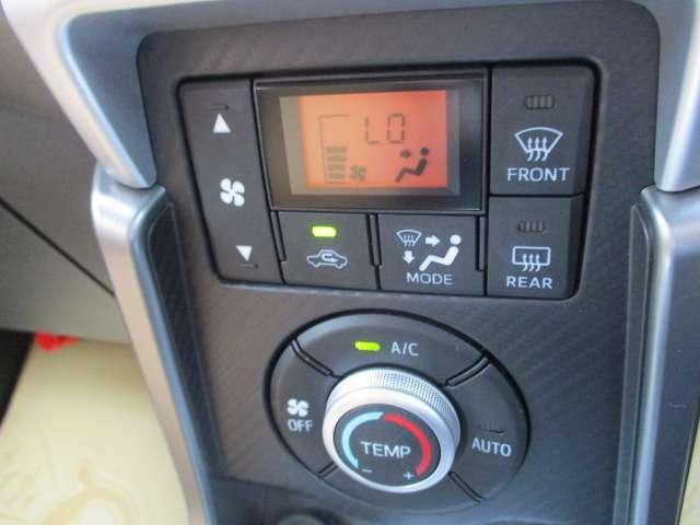 オートエアコンなので車内の温度を自動で一定に調整してくれます