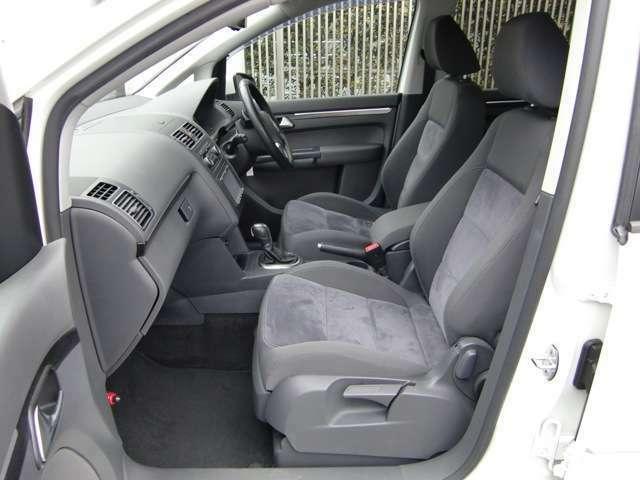 前席は高さ調整はもちろん、ホルード性のあるスポーティなシートデザインですので、長距離移動も疲れ知らずです(^^