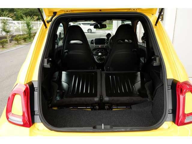 さらにリアシートのバックレストを倒せば、約3倍の積載容量となります。