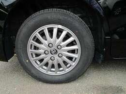 タイヤサイズ195/65R15、タイヤ残り溝約4mmの純正アルミホイールです。