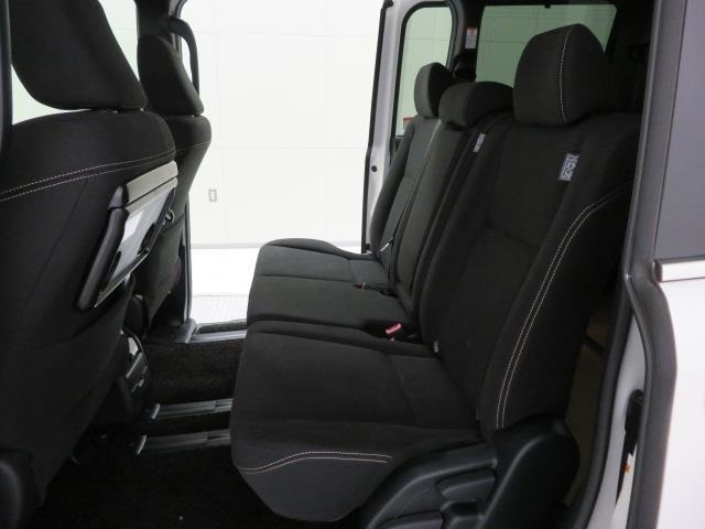 チャイルドシートがあっても広々!車内での子供の世話も楽々!オムツを替えるのでも車内で出来ます!