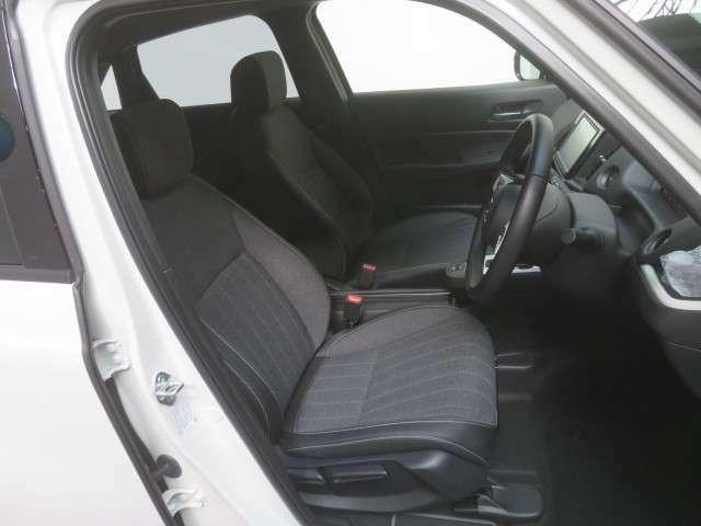 運転席シートハイトアジャスター付きです 簡単なレバー操作で座面が上下します。