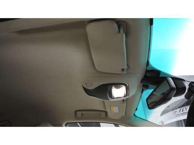 サッビアカラーのルーフライニング、クーペデザインですがヘッドクリアランスも広く取れております。