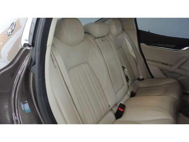リアシートはあまり使用感ありません。フロントシートが通常のポジションであれば、大人が快適に座れるゆとりはあります。ワンタッチにて可倒式です。