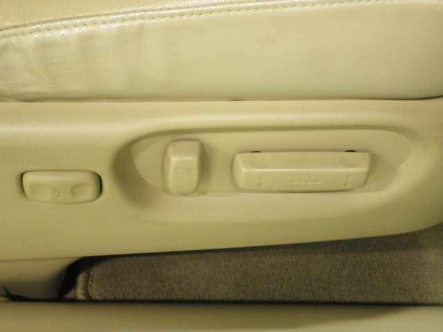 【パワーシート】前席にはシートの前後スライド、リクライニングの角度・高さの電動で調節できるパワーシートが装備されています。自分にピッタリとあったシート調整が可能です。