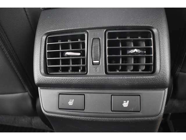 後部座席にもエアコン吹き出し口がありますので、後席の方も快適にお過ごしいただけます。