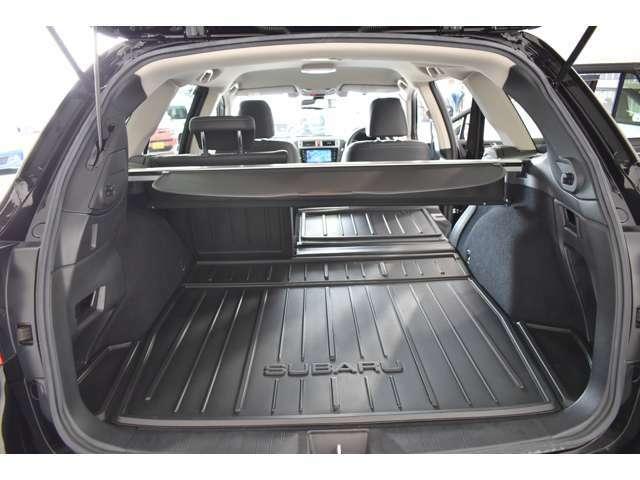 トランクにはトノカバーが装備されています。外から中の荷物隠せますので、防犯にも役立ちます。
