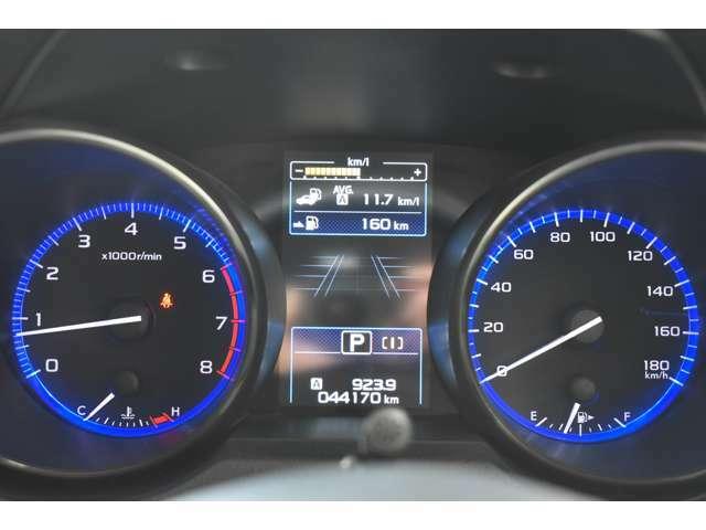明るく光って高級感を演出するハイコントラストメーター☆スポーティーで視認性もグッドです☆メーター中央の液晶ディスプレイには多彩な走行情報や環境情報を表示してドライバーをサポートします☆
