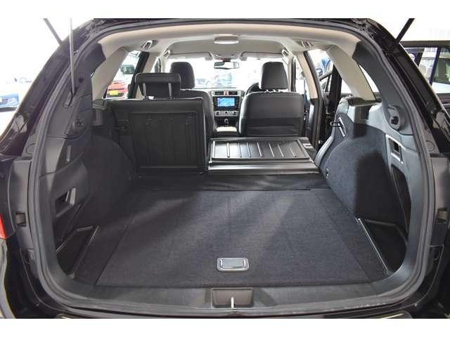 トノカバーはトランク下部に収納できます。大きな荷物鵜を乗せるときに便利ですね。